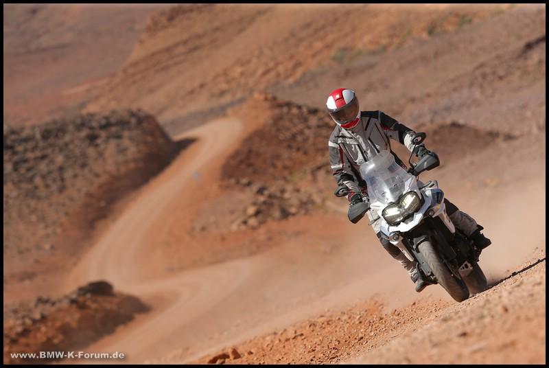 Michael Bense auf A41 und Triumph Tiger 1200 in Wüste