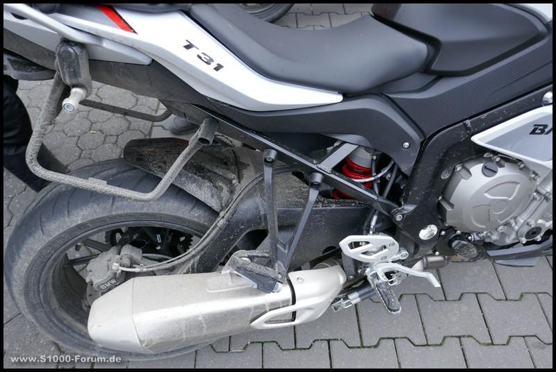 Hinterreifen T31 nach Nasstest auf weißer BMW S1000 XR
