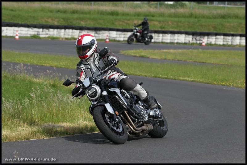 Honda CB 1000 R+ in Schräglage