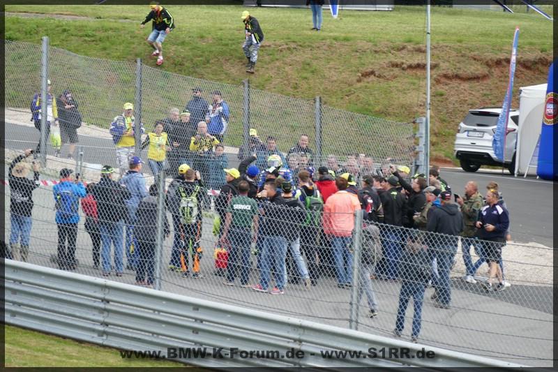 Menschentraube um Rossi am Sachsenring 2017