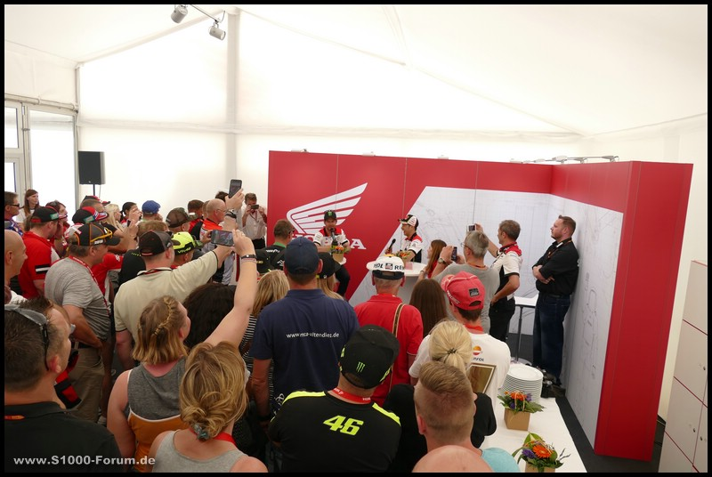 Cal Crutchlow und Takaaki Nakagami vom LCR-Honda Team bei Autogrammstunde